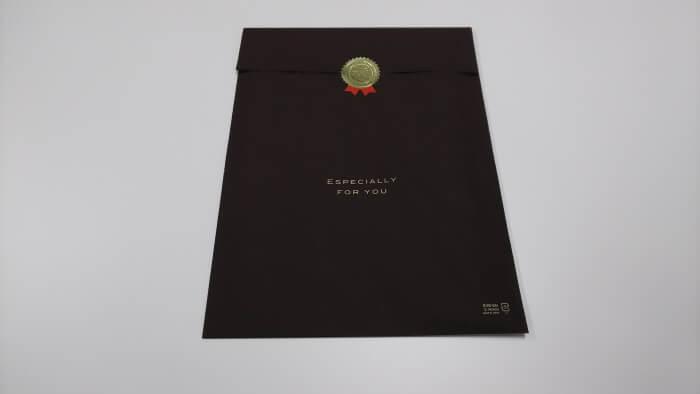大人の能力遺伝子検査の結果冊子が茶色のビニールで包装されている