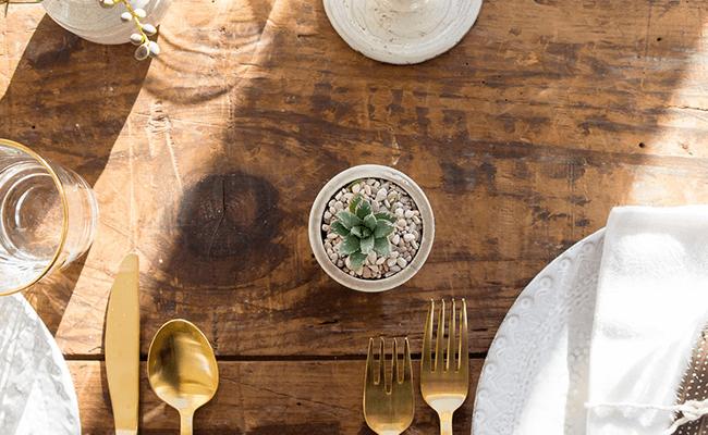 木のテーブルと食器類