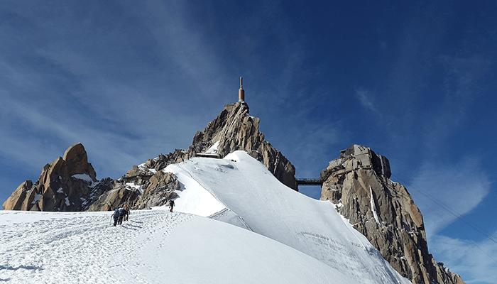 雪山を登山する人々