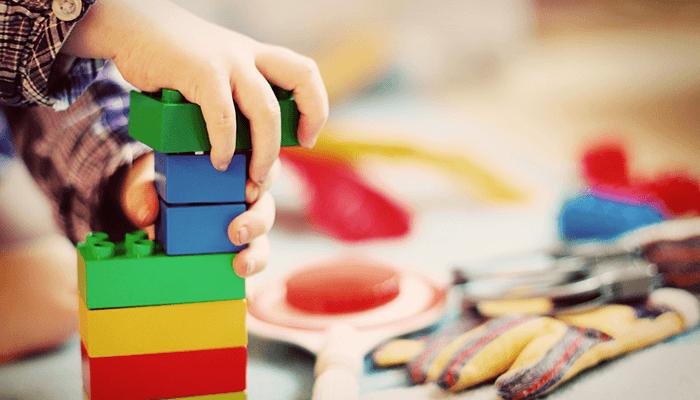 ブロックで遊ぶ子供の手