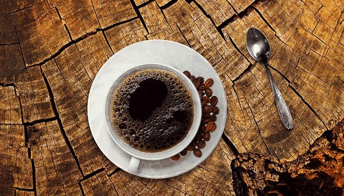木のテーブルとコーヒー
