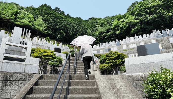 墓地の階段を上る人
