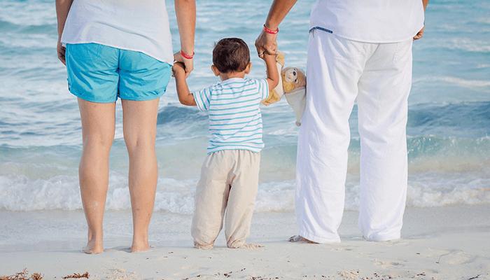 海辺で手をつなぐ親子