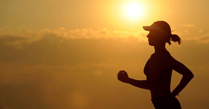 走る女性のシルエット